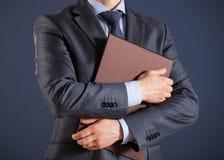 Homme d'affaires méconnaissable tenant des dossiers avec des documents Photos stock