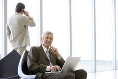 Homme d'affaires mûr avec l'ordinateur portatif Photographie stock libre de droits