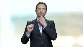 Homme d'affaires mûr bel touchant l'écran virtuel banque de vidéos
