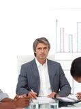 Homme d'affaires mûr charismatique lors d'un contact image stock
