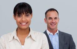 Homme d'affaires mûr de sourire derrière son collègue Photos stock