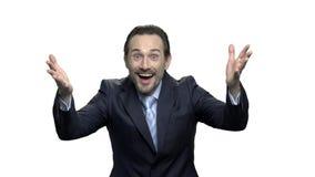 Homme d'affaires mûr enthousiaste avec les mains augmentées dans le ciel banque de vidéos