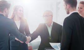 Homme d'affaires mûr se serrant la main pour sceller une affaire avec son associé Images stock