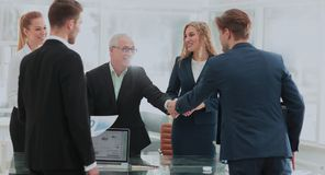 Homme d'affaires mûr se serrant la main pour sceller une affaire avec son associé Image libre de droits