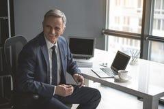 Homme d'affaires mûr sortant travaillant dans le bureau Photo stock