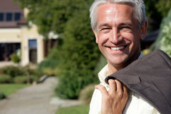 Homme d'affaires mûr souriant à l'extérieur Photographie stock libre de droits