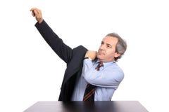 Homme d'affaires mûr utilisant une jupe image libre de droits