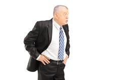 Homme d'affaires mûr fâché dans des cris noirs de costume Photographie stock libre de droits