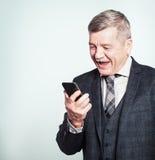 Homme d'affaires mûr Making d'homme supérieur un appel téléphonique et un amusement de avoir Images libres de droits
