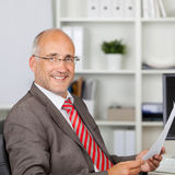 Homme d'affaires mûr sûr Holding Document Photo stock