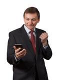 Homme d'affaires mûr sûr regardant au téléphone de vente, ayant photographie stock libre de droits