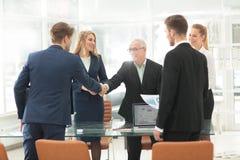 Homme d'affaires mûr se serrant la main pour sceller une affaire avec son associé Images libres de droits