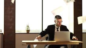 Homme d'affaires malheureux accablé par des écritures clips vidéos
