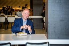 Homme d'affaires mangeant le déjeuner Images libres de droits