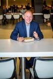 Homme d'affaires mangeant le déjeuner Image libre de droits