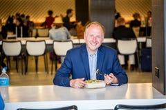 Homme d'affaires mangeant le déjeuner Photo stock