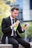 Homme d'affaires mangeant le sandwich pour la pause de midi images stock