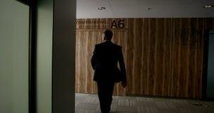 Homme d'affaires marchant à la conférence banque de vidéos