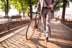 Homme d'affaires marchant avec la bicyclette Image libre de droits