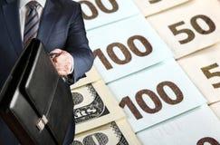 Homme d'affaires marchant avec une serviette Image stock