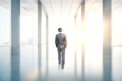 Homme d'affaires marchant dans la chambre Images libres de droits