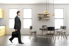 Homme d'affaires marchant dans la cuisine contemporaine Images stock