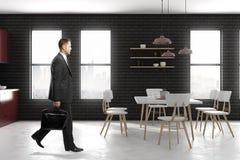 Homme d'affaires marchant dans la cuisine moderne Photo libre de droits