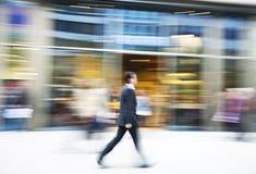 Homme d'affaires marchant dans la ville Images stock