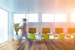 Homme d'affaires marchant dans le bureau vert de l'espace ouvert photos stock