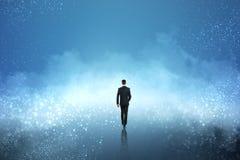 Homme d'affaires marchant en nuage photographie stock libre de droits