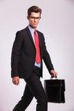 Homme d'affaires marchant et vous regardant Photographie stock libre de droits