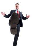 Homme d'affaires marchant sur des concurrents image stock