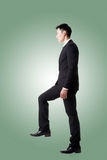 Homme d'affaires marchant sur des escaliers photographie stock libre de droits