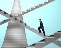 Homme d'affaires marchant sur des escaliers de labyrinthe Photographie stock