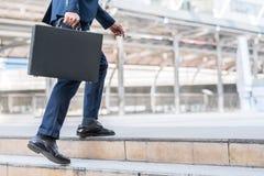 homme d'affaires marchant vers le haut sur l'escalier Photo stock