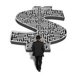 Homme d'affaires marchant vers le labyrinthe de forme de l'argent 3d Photographie stock libre de droits