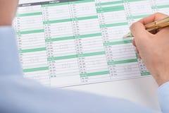 Homme d'affaires Marking On Calendar Photographie stock