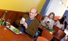 Homme d'affaires masculin supérieur avec la nourriture et le smartphone Photos libres de droits