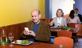 Homme d'affaires masculin supérieur avec la nourriture et le smartphone Photos stock