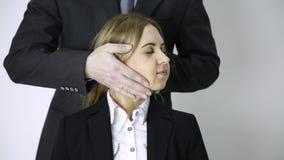 Homme d'affaires massant les épaules et le cou au jeune employé après un long dur labeur dans le bureau banque de vidéos