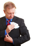 Homme d'affaires mettant l'argent dans la poche Image libre de droits