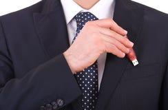 Homme d'affaires mettant le bâton d'usb dans sa poche. Photo stock