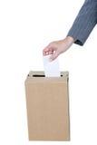 Homme d'affaires mettant le vote dans la boîte de vote Photo stock