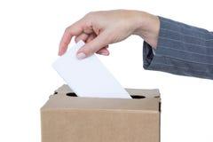Homme d'affaires mettant le vote dans la boîte de vote Image stock