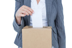 Homme d'affaires mettant le vote dans la boîte de vote Photo libre de droits