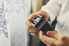 Homme d'affaires mettant sur une ceinture, une mode et un concept d'habillement, groo photos stock