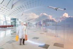 Homme d'affaires miniature dans l'aéroport national Photos libres de droits