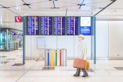 Homme d'affaires miniature dans l'aéroport national Image libre de droits