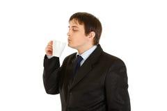 Homme d'affaires moderne appréciant la cuvette de café aromatisé Image stock