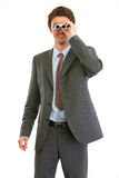 Homme d'affaires moderne regardant dans des jumelles Photographie stock libre de droits